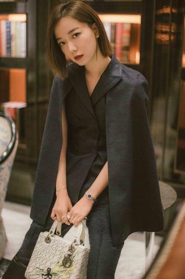 王珞丹受邀出席迪奥揭幕酒会 酷帅气质上演优雅