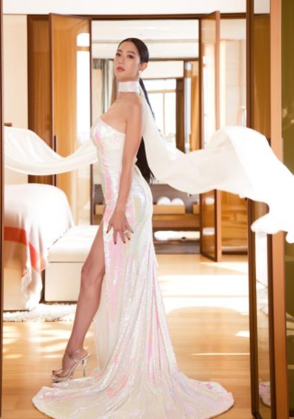 克拉拉人鱼礼服照曝光 浪漫梦幻更显身材