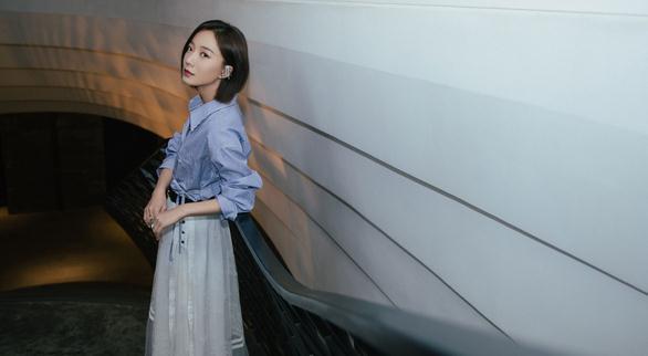 王珞丹受邀出席成都时装之夜 一身蕾丝连衣裙化
